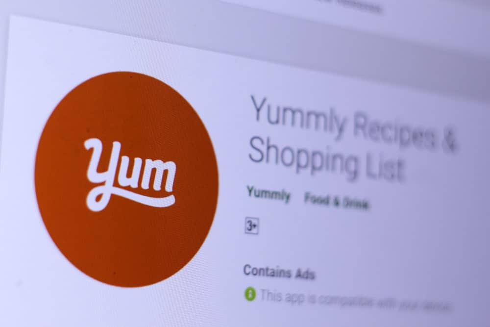 Logo of Yummly recipes and shopping list mobile app.